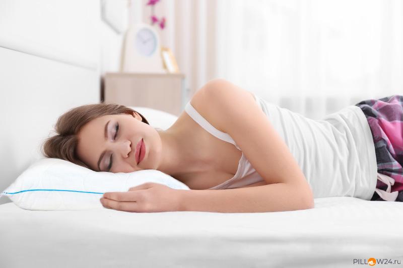 Спящая девушка на ортопедичсекой подушке