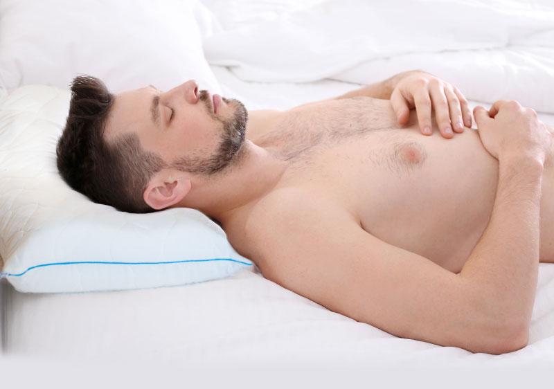 Спящий мужчина на ортопедической подушке